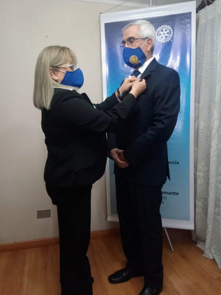 Entrega de la Piocha Rotaria por la Past President (2)